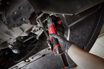 Vijačenje pod 90 stopinjskim kotom z akumulatorsko udarno račno 1/4 M12-FIR14
