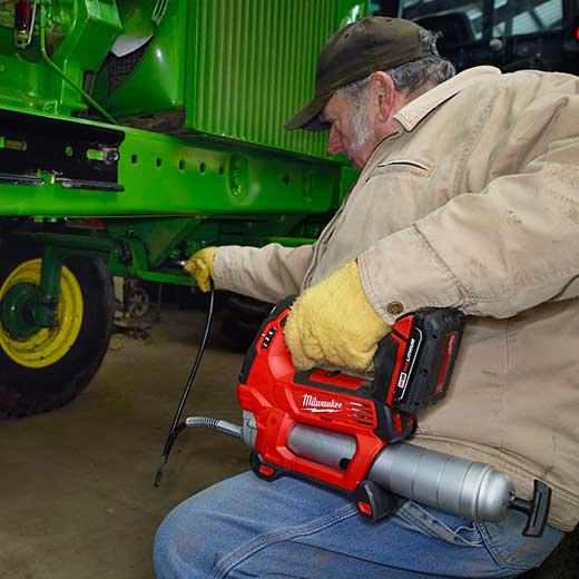 Akumulatorska mazalka pri vzdrževanju kmetijske mehanizacije